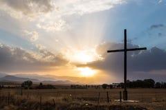 Sun traversant des nuages avec la croix Photographie stock libre de droits