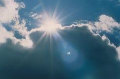 Sun traversant des nuages de tempête Photographie stock libre de droits