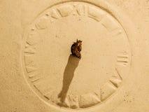 Sun-Uhr auf Sand Lizenzfreie Stockfotos