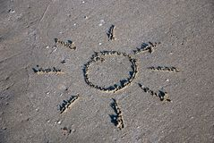 Sun-umreiß auf dem nassen Sand Stockfotografie