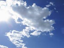 Sun und bewölkter Himmel lizenzfreie stockfotos