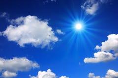 Sun und blauer Himmel Stockfotografie