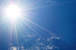 Sun und blauer Himmel Stockbilder