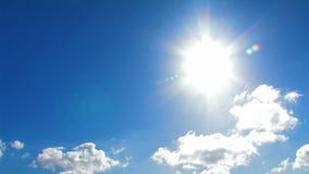 Sun und blauer Himmel mit Wolken stock video