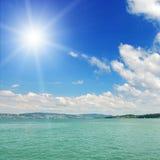 Sun und Meer. Meerblick. Lizenzfreies Stockfoto