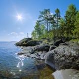 Sun und steiniges Ufer von Ladoga See stockfoto