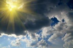Sun und Sturmwolken Stockbilder