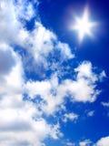 Sun und Wolken auf blauem Himmel Stockfotos