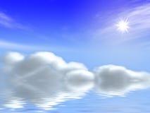 Sun und Wolken im blauen Himmel über Meer Stockbild