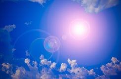 Sun und Wolken mit Blendenfleck Stockfoto