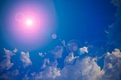 Sun und Wolken mit Blendenfleck Lizenzfreies Stockfoto