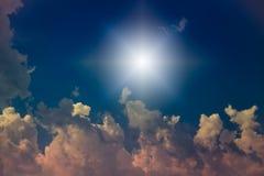 Sun und Wolken mit Blendenfleck Lizenzfreie Stockfotos