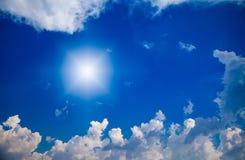 Sun und Wolken mit Blendenfleck Lizenzfreie Stockfotografie