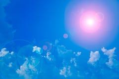 Sun und Wolken mit Blendenfleck Stockfotos