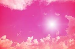 Sun und Wolken mit Blendenfleck Lizenzfreies Stockbild