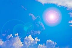 Sun und Wolken mit Blendenfleck Stockbild