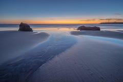 Sun unter dem Horizont auf dem Strand lizenzfreie stockfotos