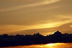 Sun unter Wolkenband Stockfotografie