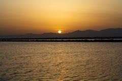 The Sun uppsättningar bak bergen Royaltyfria Foton