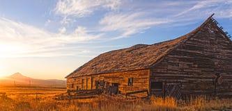 The Sun uppsättningar i centrala Oregon arkivfoto
