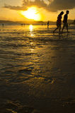 Sun ustawia i kochankowie Fotografia Royalty Free