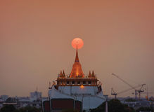 The Sun va abajo en el soporte de oro Foto de archivo libre de regalías