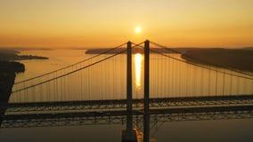 Sun va al horizonte sobre los puentes de estrechos de Tacoma almacen de metraje de vídeo
