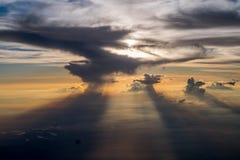 Sun versteckt in den Wolken Lizenzfreies Stockfoto