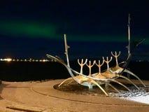 The Sun Voyager Reykjavik con l'aurora boreale immagine stock libera da diritti
