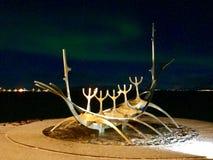 The Sun Voyager Reykjavik con l'aurora boreale fotografia stock libera da diritti