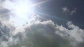 Sun y cielo con las nubes metrajes