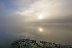 Sun y niebla en un lago wilderness Fotos de archivo libres de regalías