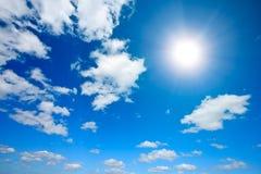 Sun y nubes blancas en cielo Imagen de archivo libre de regalías