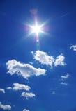 Sun y nubes en cielo azul Fotos de archivo libres de regalías