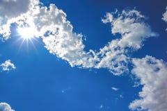 Sun y nubes en el cielo foto de archivo libre de regalías