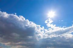 Sun y nubes en el cielo Fotografía de archivo libre de regalías