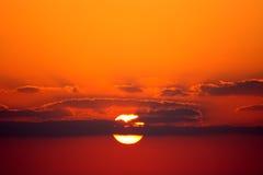 Sun y nubes en la puesta del sol Foto de archivo libre de regalías