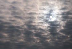 Sun y nubes oscuras imagenes de archivo