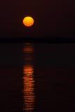 Sun y su reflexión en el mar Imagenes de archivo
