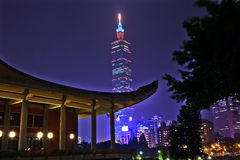 Sun Yat-sen minnes- Hall Taipei Taiwan natt Arkivfoton