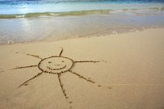 Sun-Zeichnung im Sand am karibischen Strand Lizenzfreies Stockbild