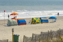 Sun-Zelte aufgerichtet auf dem Strand stockbild