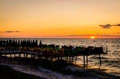 Sunbath和乐趣的被堆的船坞咖啡馆 免版税库存照片