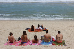 Sunbath στην παραλία Arpoador στο Ρίο ντε Τζανέιρο Στοκ φωτογραφίες με δικαίωμα ελεύθερης χρήσης