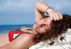 Sunbath auf großartigem Kaiman lizenzfreies stockbild
