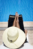 Sunbath bij de pool royalty-vrije stock afbeelding