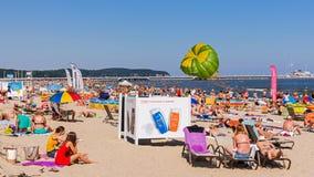 Sunbath de la gente en la playa en Sopot Fotos de archivo libres de regalías