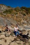 Sunbath en la playa rocosa imágenes de archivo libres de regalías