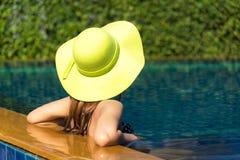 Sunbath för simbassäng för kvinnalivsstil avslappnande near lyxig, sommardag på strandsemesterorten i hotellet arkivfoton