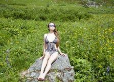 Sunbath i en äng arkivfoto